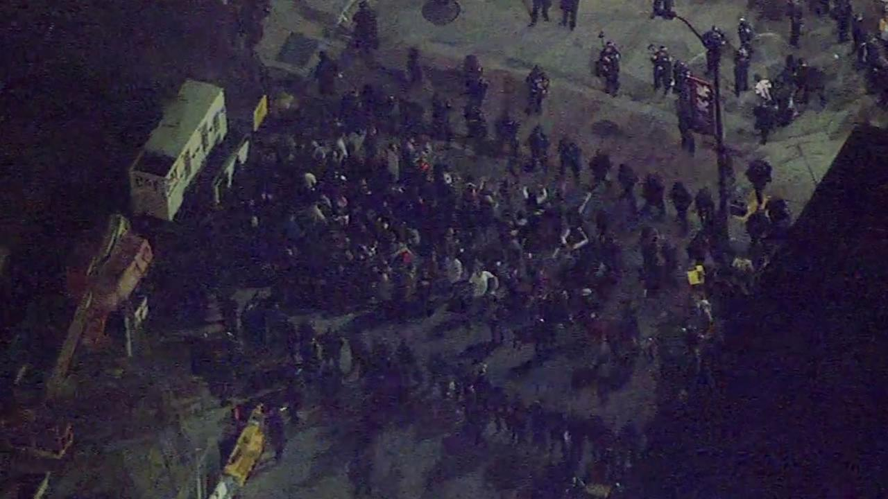 Police surround the remaining splinter crowd.