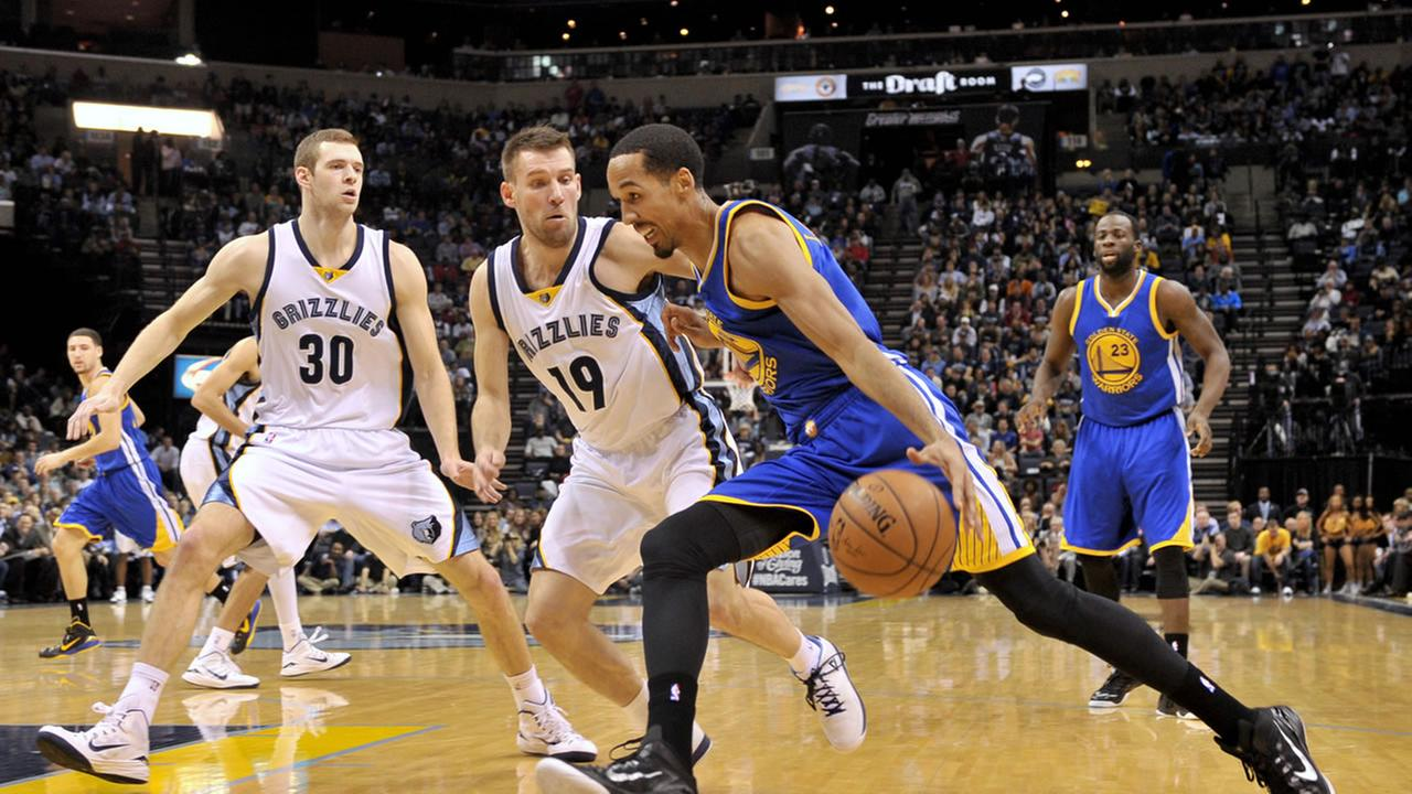 Golden State Warriors guard Klay Thompson (11) drives around Memphis Grizzlies guard Tony Allen (9) and center Marc Gasol