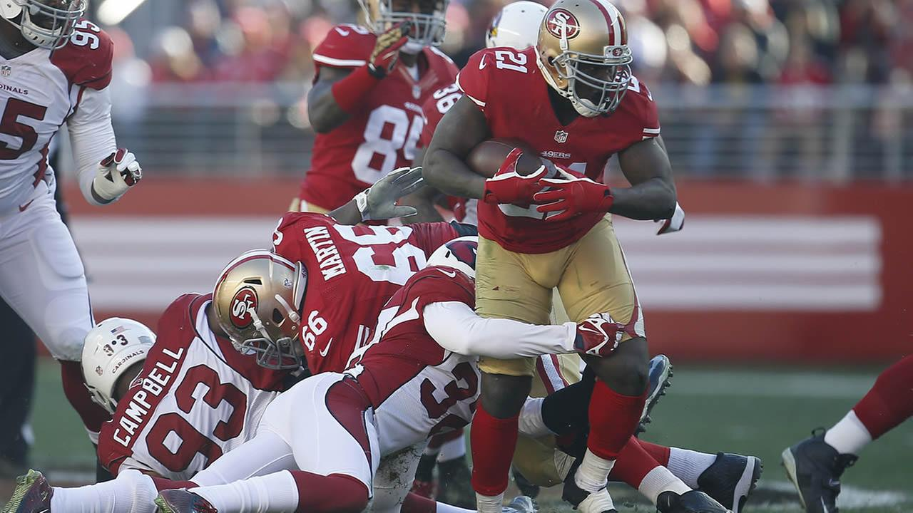 49ers running back Frank Gore runs against Cardinals free safety Tyrann Mathieu during the second quarter of a football game in Santa Clara, Calif.,Dec. 28, 2014. (AP Photo)