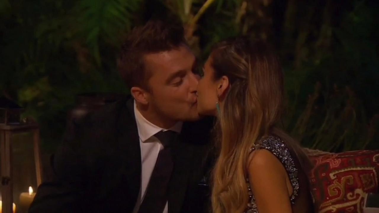 Chris Soules shares a kiss on ABC7s The Bachelor.