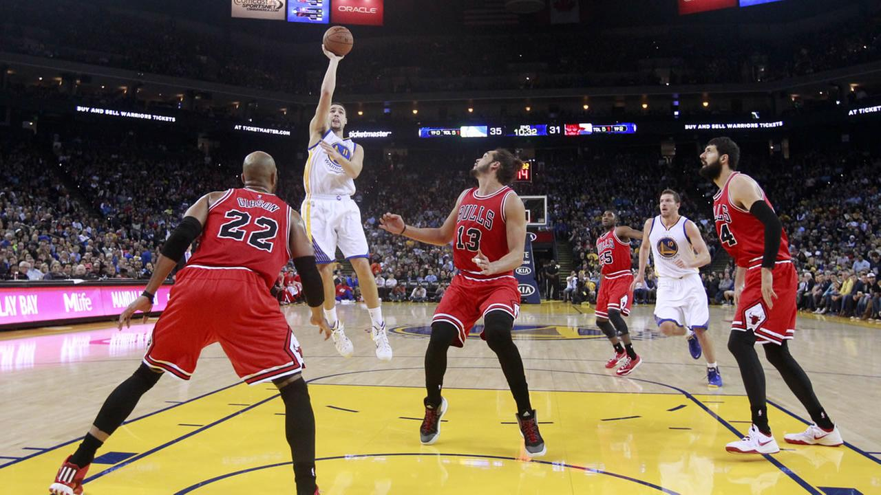 Golden State Warriors Klay Thompson shoots against the Chicago Bulls during the first half of an NBA basketball game Tuesday, Jan. 27, 2015, in Oakland, Calif.