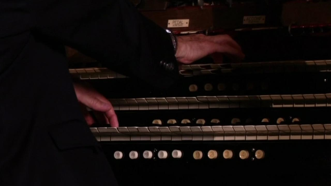 The Mighty Wurlitzer Organ is played at the Grand Lake Theatre in Oakland, Calif., Feb. 2015.(ABC7/Wayne Freedman)