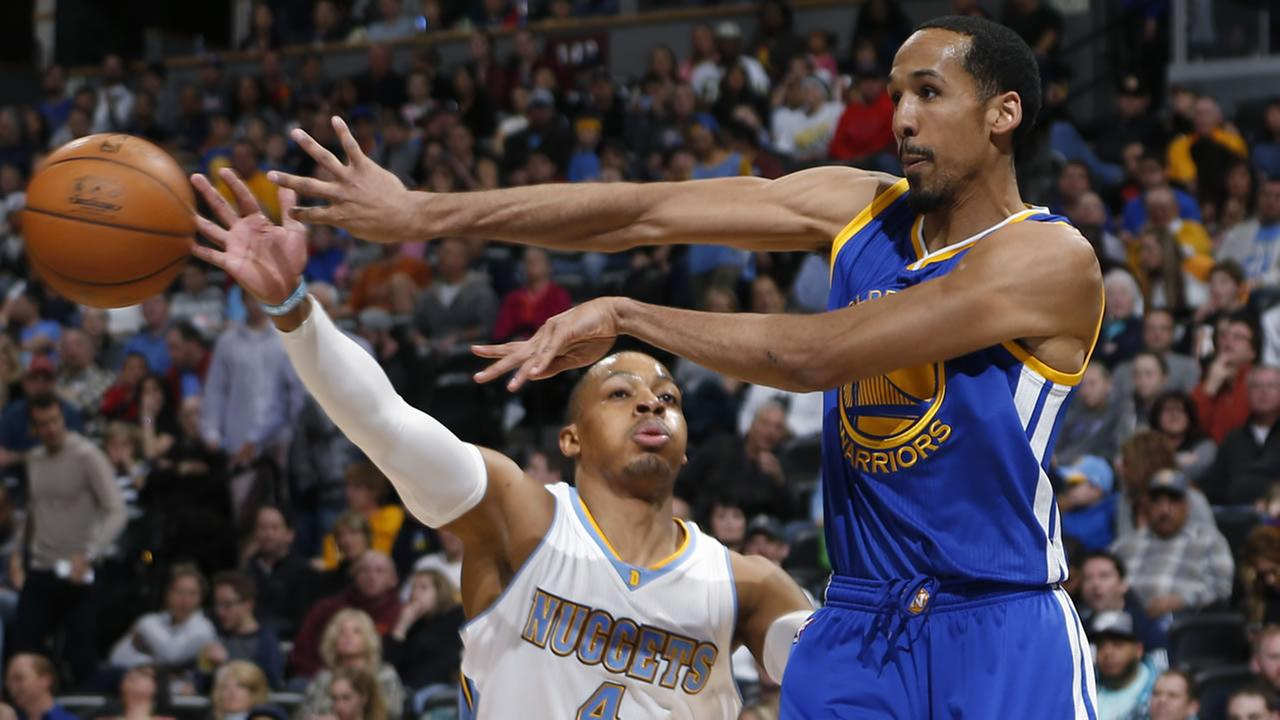 Golden State Warriors guard Shaun Livingston, front, passes the ball in front of Denver Nuggets guard Randy Foye