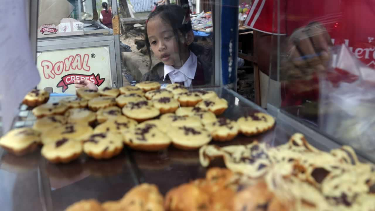 In Indonesia, not every student can bring a lunch box to school. Public school students buy their lunch at school cafeterias or food stalls on the nearby streets. <span class=meta>(AP Photo&#47;Achmad Ibrahim)</span>