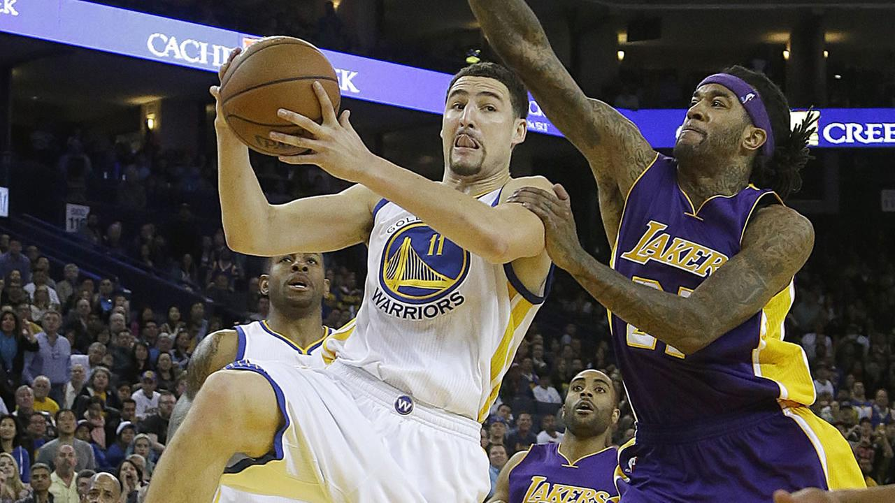 Golden State Warriors guard Klay Thompson shoots against Los Angeles Lakers center Jordan Hill