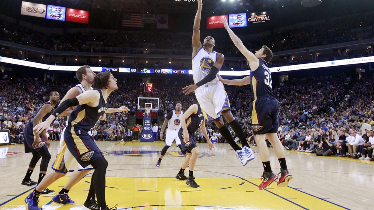 Golden State Warriors Leandro Barbosa (19) scores past New Orleans Pelicans Jimmer Fredette