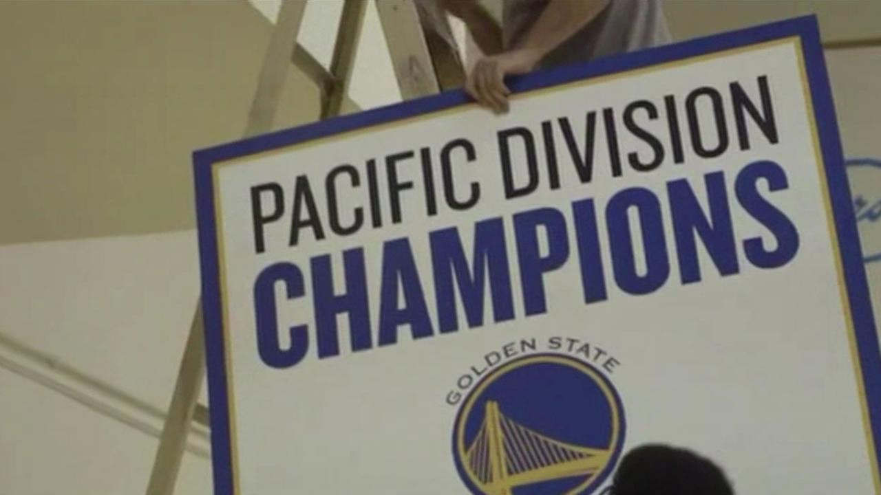Golden State Warriors hang division title banner