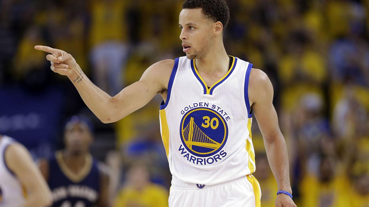 Warriors Stephen Curry (30) points to a teammate after scoring during in Game 1 of the NBA basketball playoffs against the New Orleans Pelicans on April 18, 2015. (AP Photo)