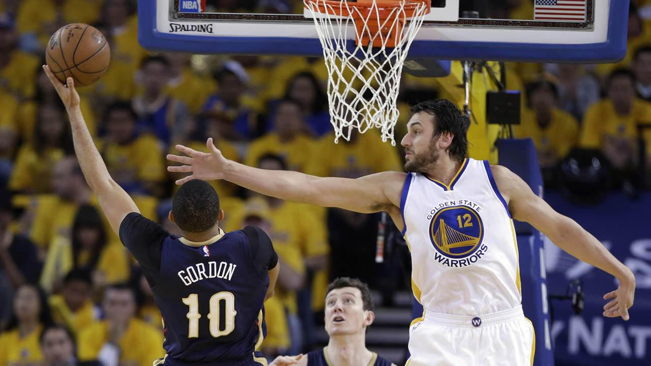 Warriors Klay Thompson drives to the basket as Pelicans Norris Cole and Alexis Ajinca during Game 1 of the NBA basketball playoffs on April 18, 2015. (AP Photo)