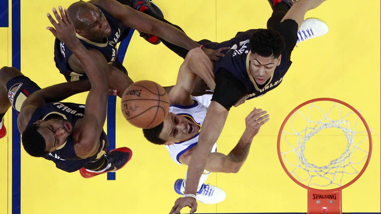 Warriors Stephen Curry goes up for shot next to Pelicans Tyreke Evans during Game 1 of the NBA basketball playoffs on April 18, 2015, in Oakland, Calif. (AP Photo)