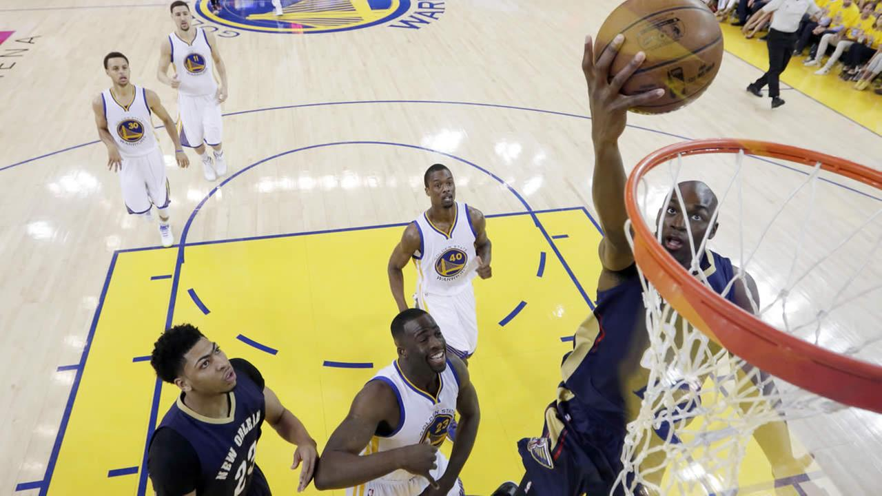Pelicans Quincy Pondexter goes up for a shot against the Warriors during Game 1 of the NBA basketball playoffs Saturday, April 18, 2015, in Oakland, Calif. (AP Photo)