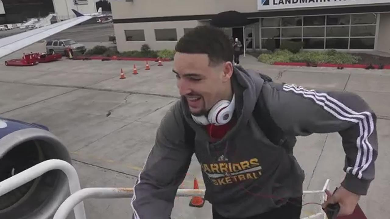 Klay Thompson boards a plane