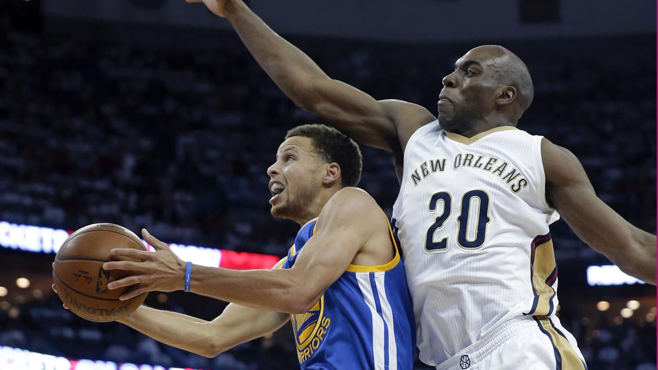Warriors Stephen Curry goes to the basket against Pelicans Quincy Pondexter (20) during Game 4 of the NBA playoff series in New Orleans. (AP Photo)