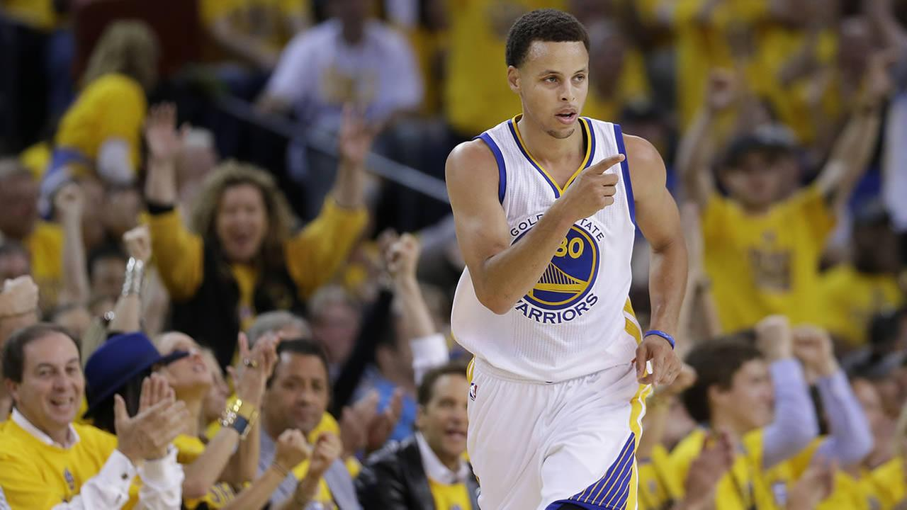 Warriors guard Stephen Curry reacts after scoring against the Grizzlies during a second-round NBA playoff basketball series in Oakland, Calif., May 3, 2015. (AP Photo/Marcio Jose Sanchez)