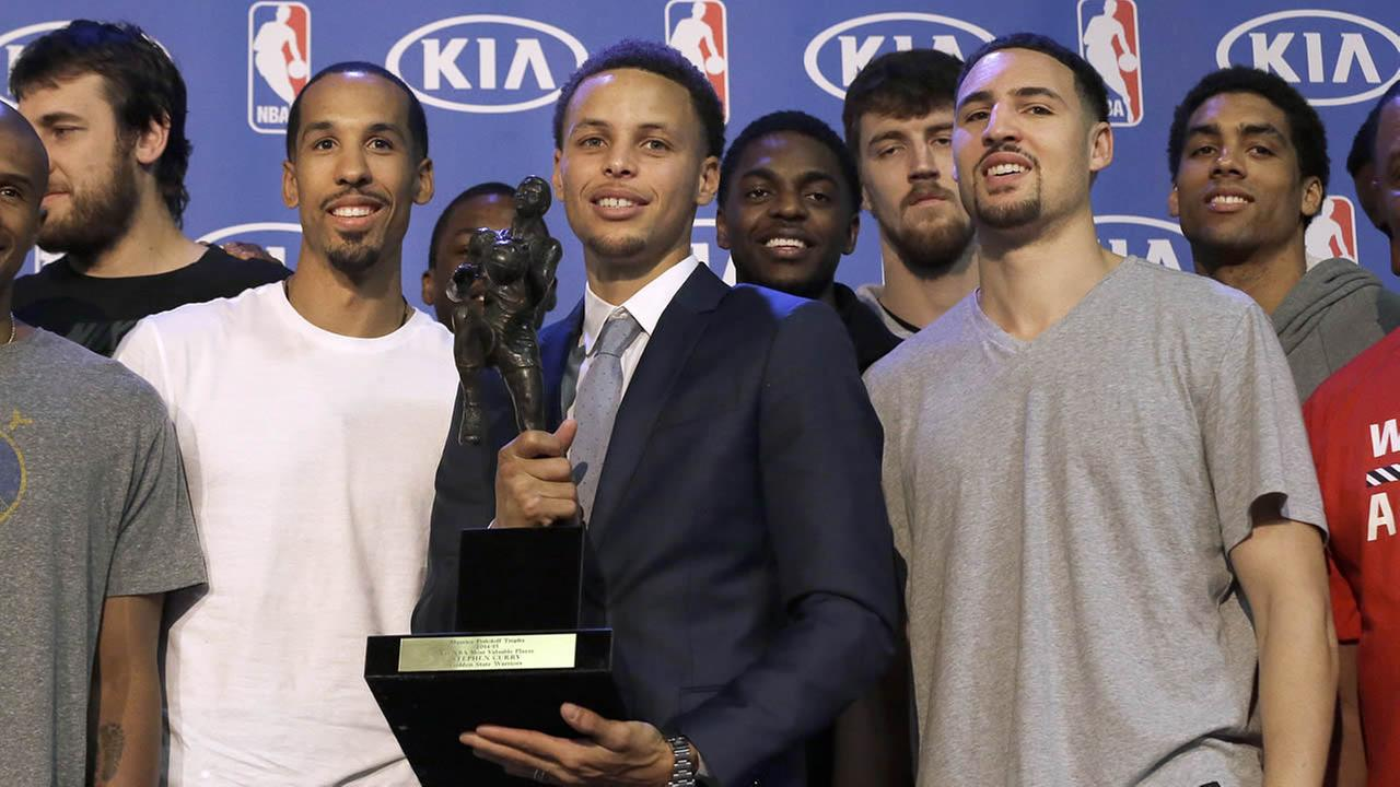 Warriors guard Stephen Curry, center, poses for photos with teammates and coaches at a basketball news conference announcing him as the NBAs Most Valuable Player on May 4, 2015. (AP/Jeff Chiu)