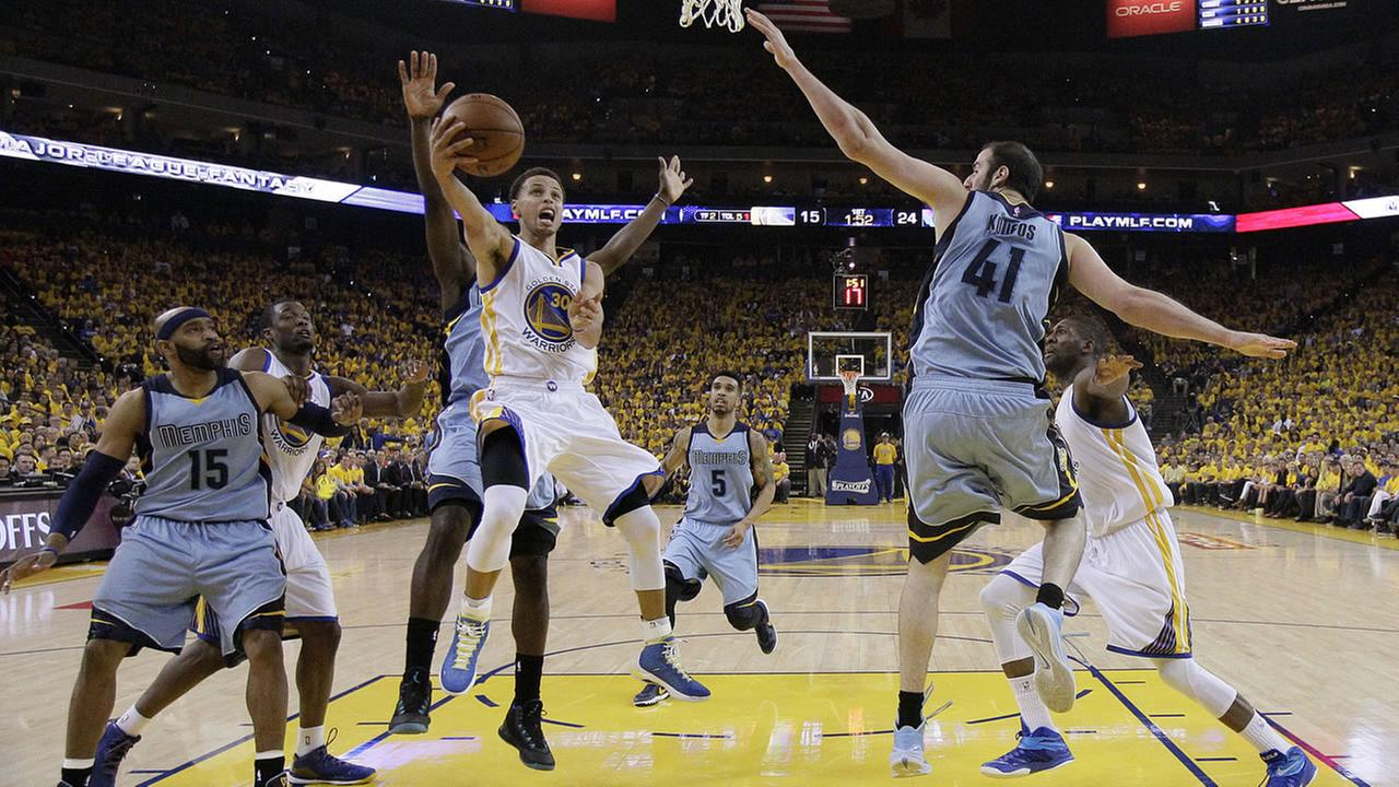 Golden State Warriors guard Stephen Curry (30) shoots against Memphis Grizzlies guard Vince Carter (15) and center Kosta Koufos (41) during the first half of Game 2, May 5, 2015. AP Photo/Ben Margot