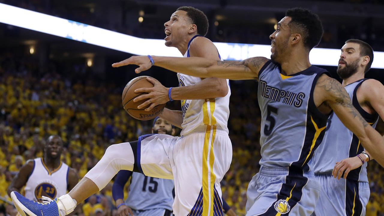 Golden State Warriors guard Stephen Curry (30) shoots against Memphis Grizzlies guard Courtney Lee (5) during the second half of Game 2, May 5, 2015. AP Photo/Ben Margot