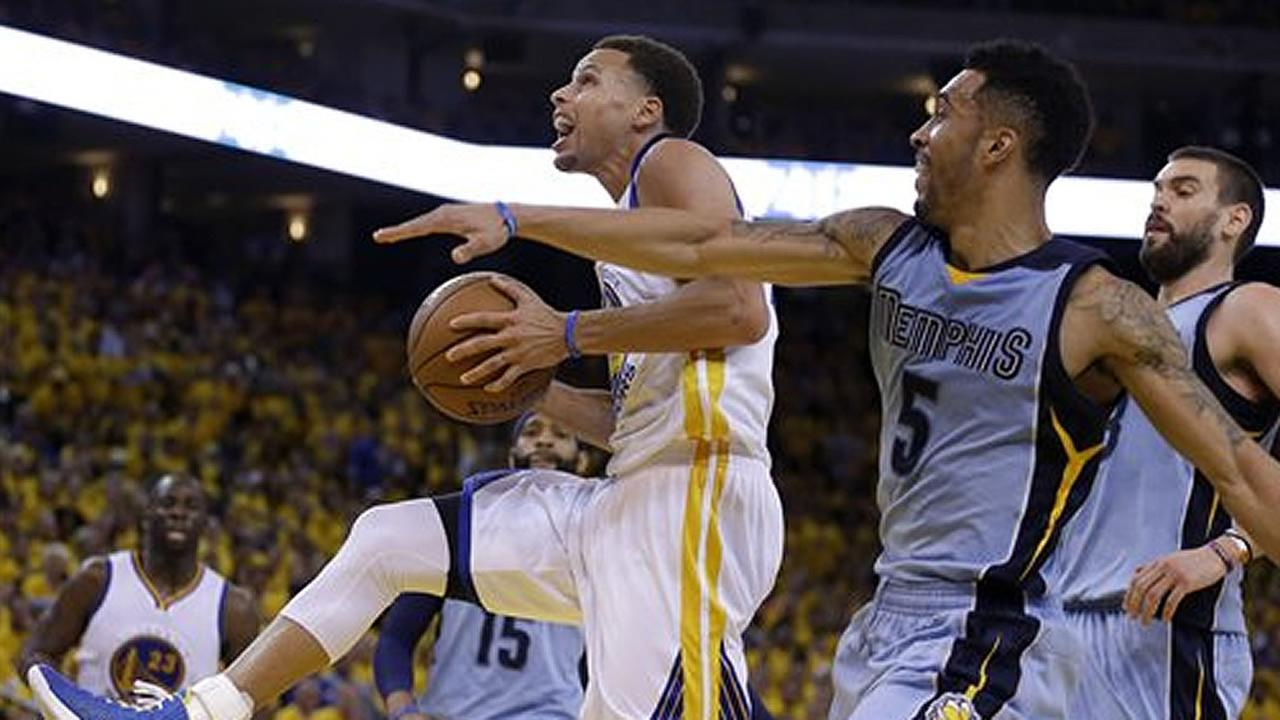 Warriors guard Stephen Curry shoots against Memphis Grizzlies