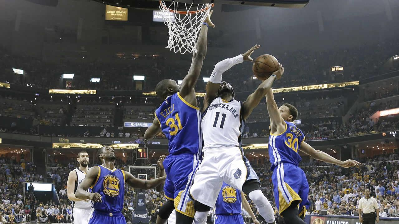 Grizzlies Mike Conley shoots between Warriors Festus Ezeli and Stephen Curry in the first half of Game 3 of the NBA Playoffs on May 9, 2015, in Memphis, Tenn. (AP Photo)