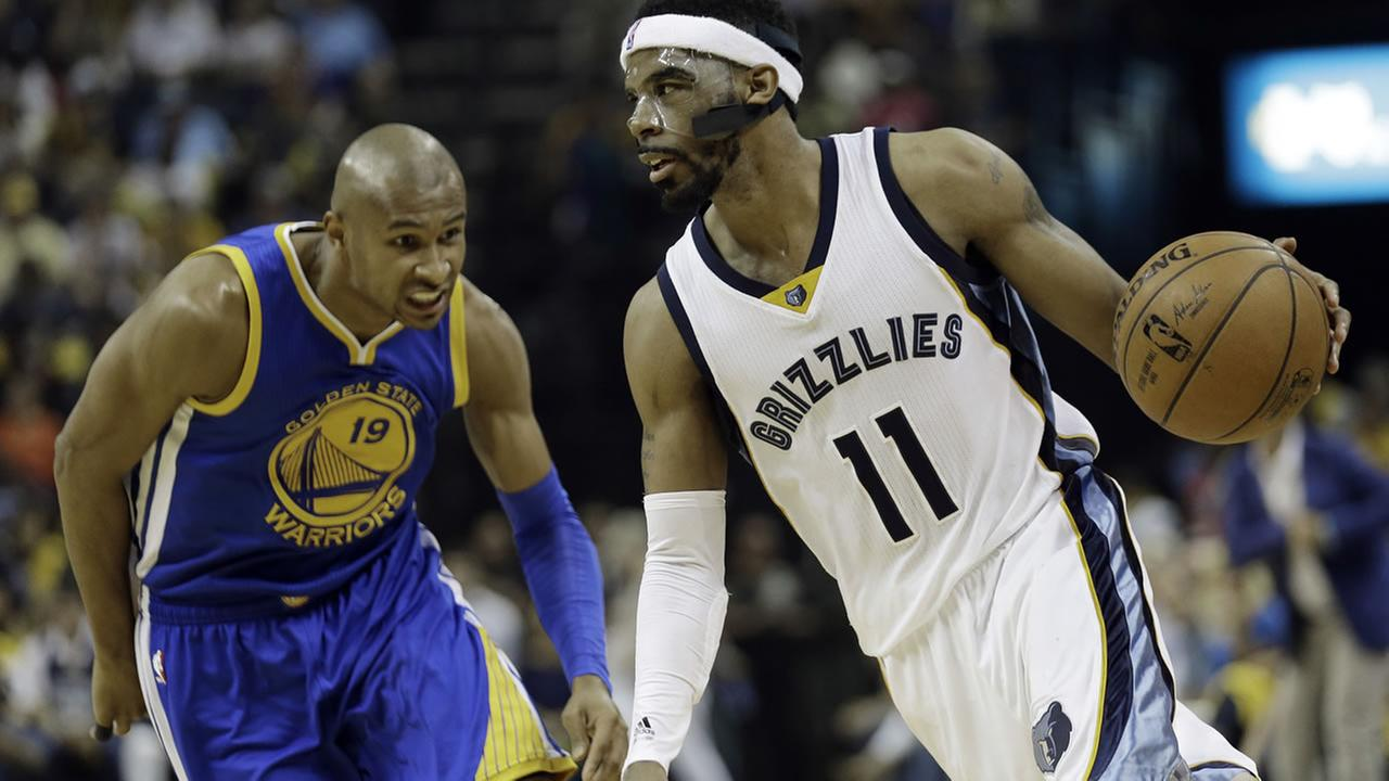 Grizzlies Mike Conley moves the ball against Warriors Leandro Barbosa in Game 3 of the NBA basketball Western Conference playoffs on May 9, 2015, in Memphis, Tenn. (AP Photo)