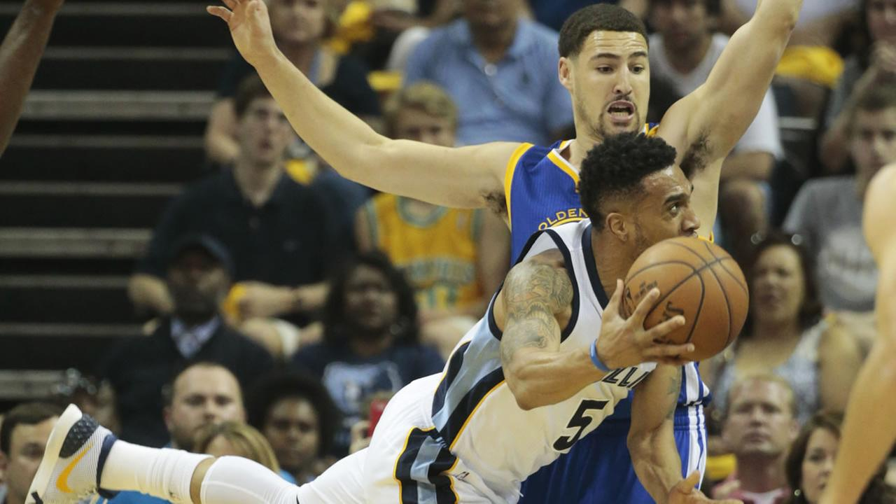 Grizzlies Courtney Lee passes the ball against the Warriors in Game 3 of the NBA basketball Western Conference playoffs on May 9, 2015,  in Memphis, Tenn. (AP Photo)