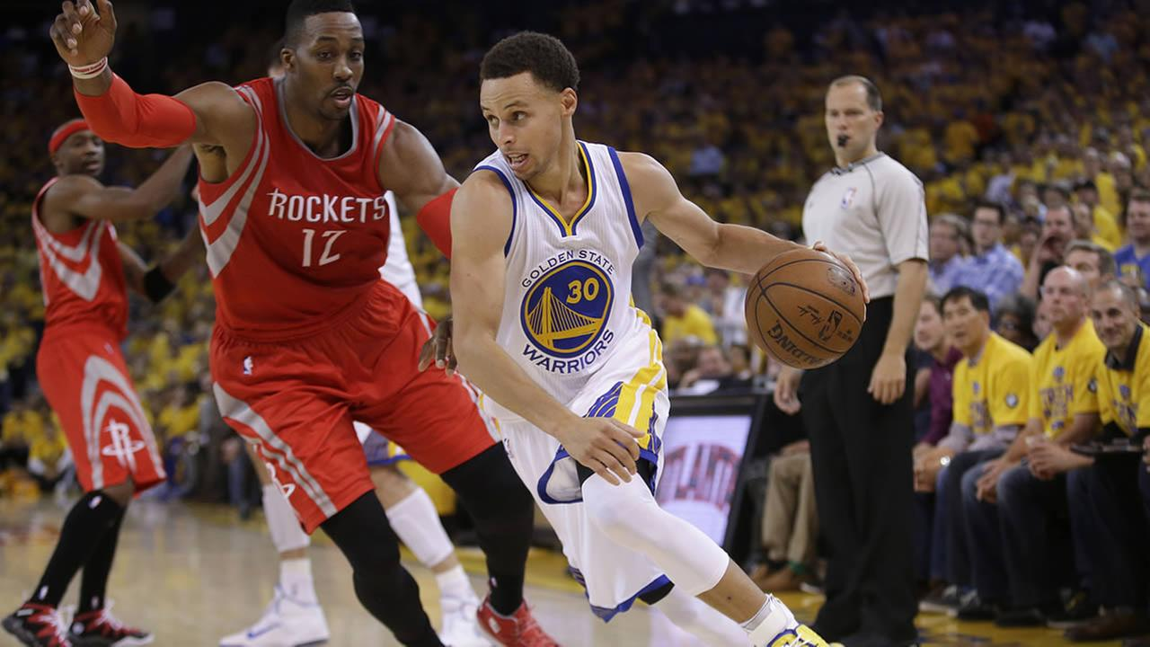 Warriors Stephen Curry dribbles against Rockets Dwight Howard during Game 2 of the NBA basketball Western Conference finals in Oakland on May 21, 2015. (AP Photo/Rick Bowmer)