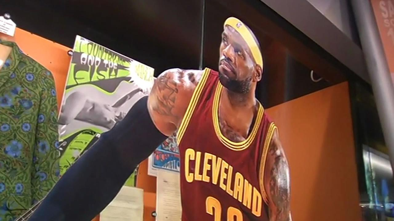 The Rock and Roll Hall of Fame in Cleveland, Ohio made an addition to the San Francisco Bay Area exhibit that caught Warriors fans by surprise.