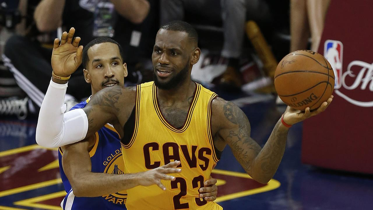 Golden State Warriors guard Shaun Livingston (34) defends Cleveland Cavaliers forward LeBron James (23) during the first half of Game 4 of basketballs NBA Finals in Cleveland. AP Photo/Paul Sancya