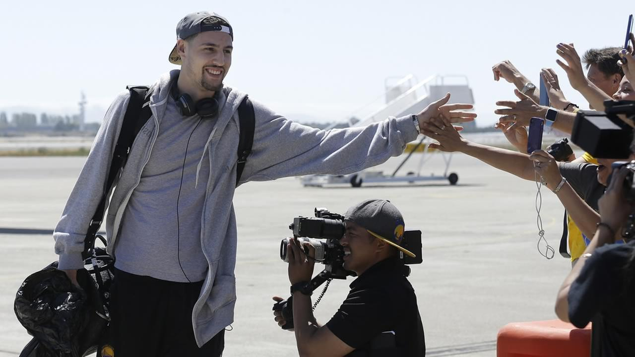 Golden State Warriors guard Klay Thompson greets team employees after the team landed in Oakland, Calif., Wednesday, June 17, 2015. (AP Photo/Jeff Chiu)AP Photo/Jeff Chiu