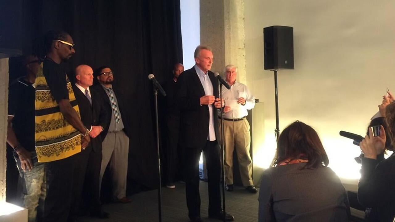 Former San Francisco 49ers quarterback Joe Montana, rapper Snoop Dogg, and SFPD Chief Greg Suhr attend a fundraiser for an anti-violence campaign.
