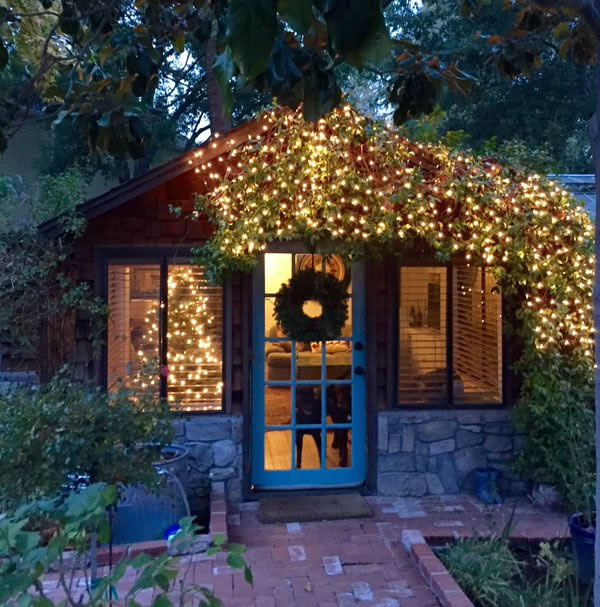"<div class=""meta image-caption""><div class=""origin-logo origin-image none""><span>none</span></div><span class=""caption-text"">Amelia Thornton's festive cottage.  (Photo sent to KGO-TV by @‏AmeliaTTT/Twitter)</span></div>"