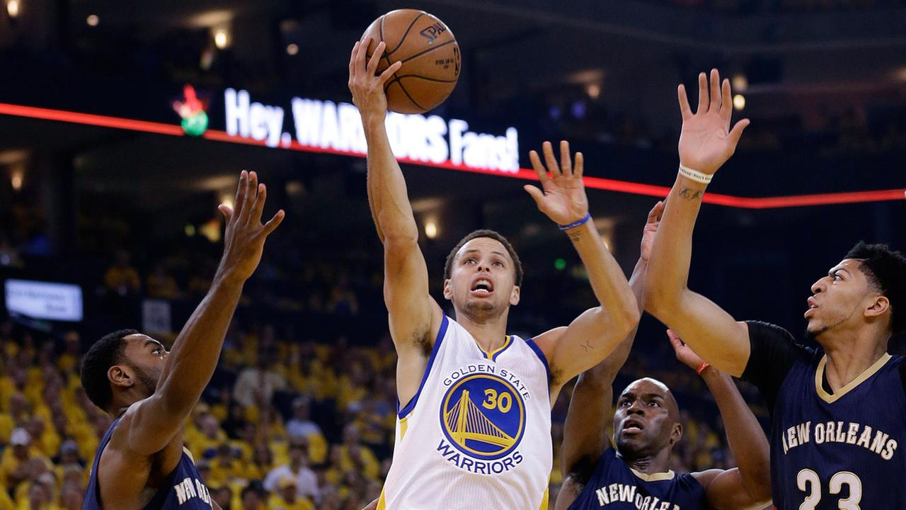 Golden State Warriors Stephen Curry (30) shoots past New Orleans Pelicans players in the first have against the New Orleans Pelicans on April 18, 2015.