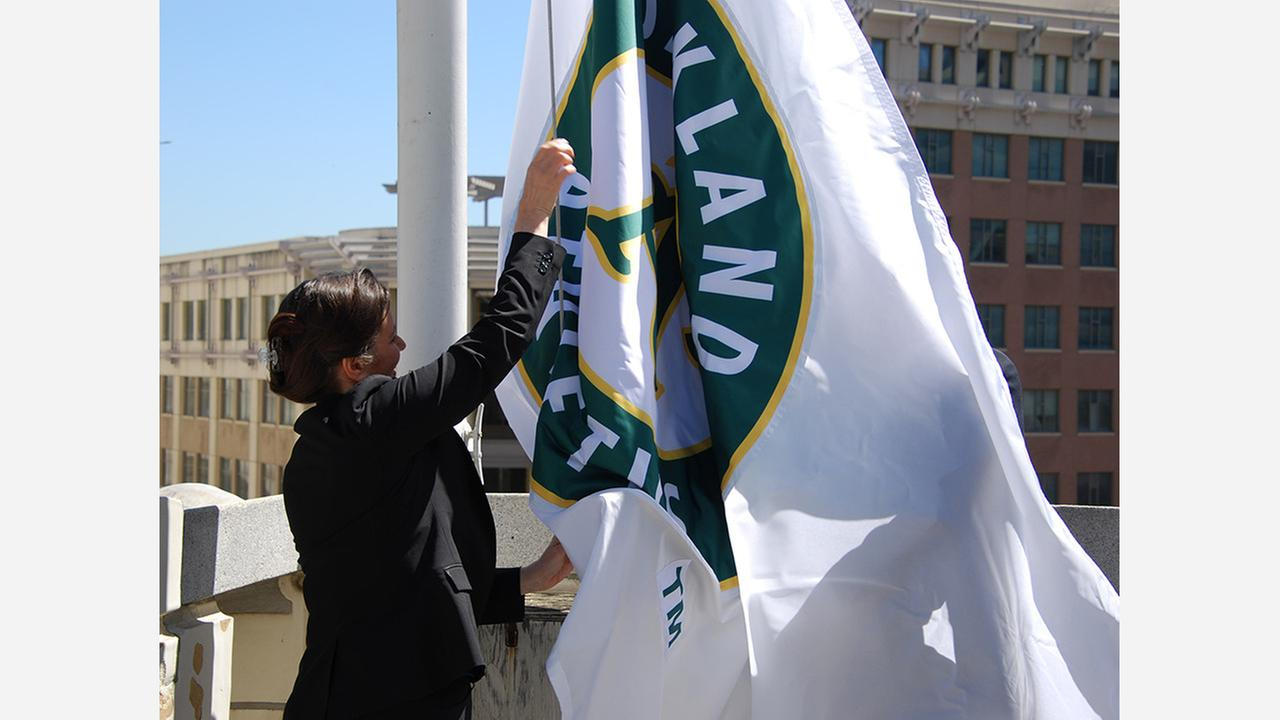 Mayor Libby Schaaf raises the Oakland As flag at City Hall. Photos: Scott Morris/Hoodline