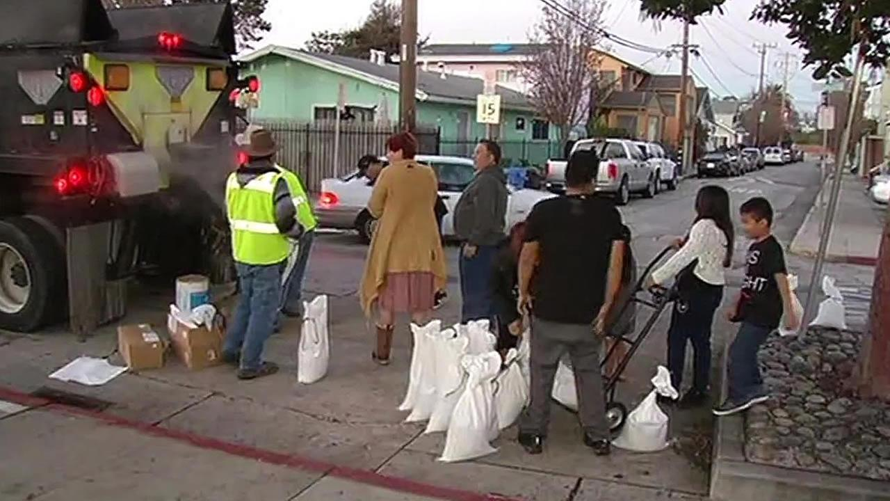 residents line up for sand bags in Santa Cruz