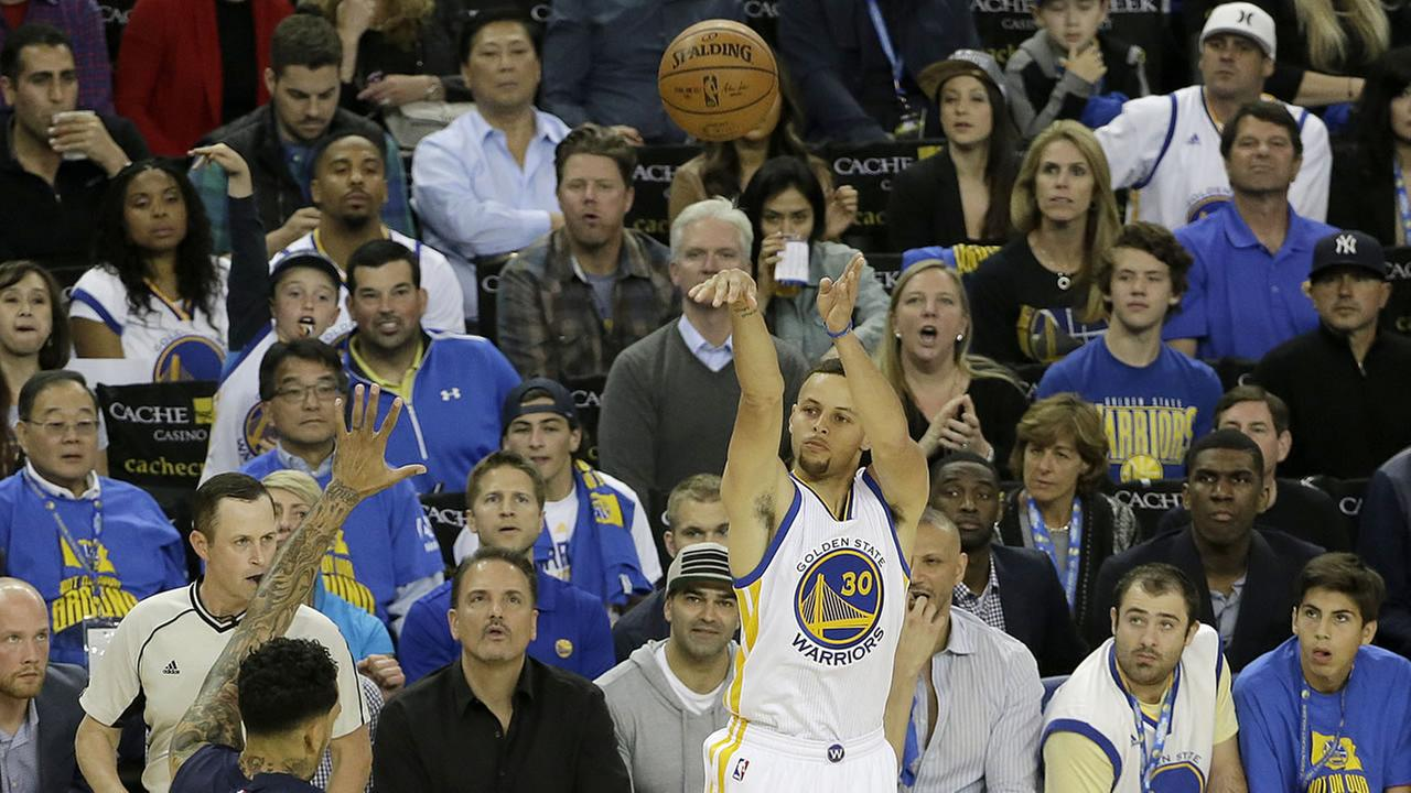 Golden State Warriors guard Stephen Curry (30) shoots a three point basket during the first half of an NBA basketball game against the Memphis Grizzlies in Oakland, Calif.