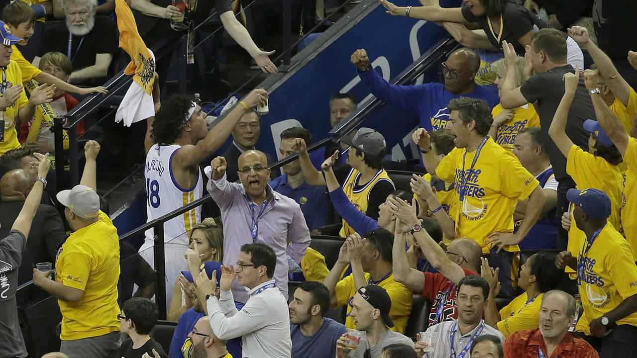 Warriors Anderson Varejao is cheered by fans during Game 1 of a second-round NBA basketball playoff series against the Trail Blazers in Oakland, Calif., on May 1, 2016. (AP Photo)