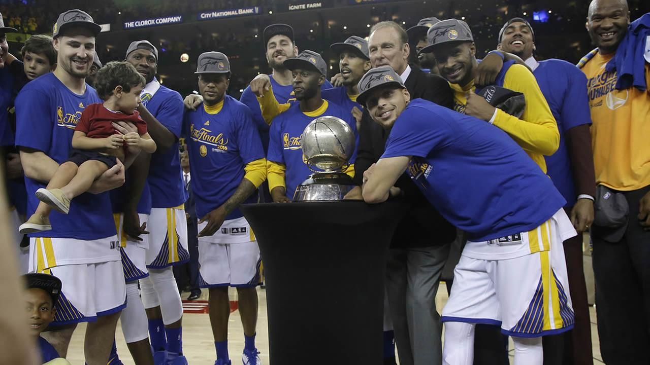 Warriors Stephen Curry and teammates celebrate after beating Thunder in Game 7 of the NBA basketball Western Conference finals in Oakland, May 30, 2016. (AP Photo)