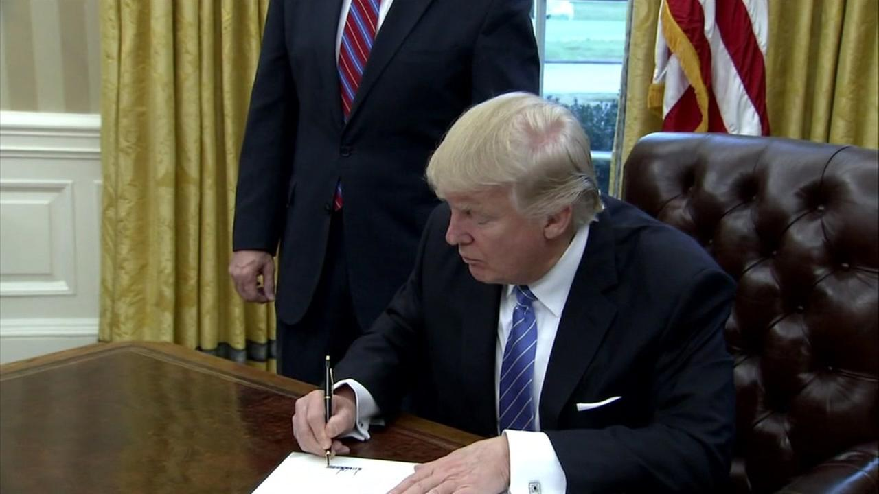 President Donald J. Trump signs an executive order in Washington on Jan. 27, 2017.