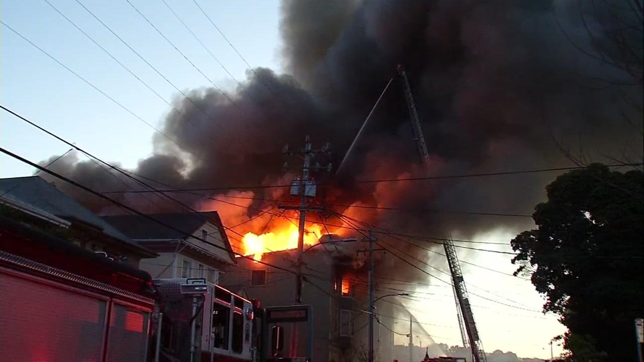 1 dead, multiple injuries in 4-alarm fire in Oakland