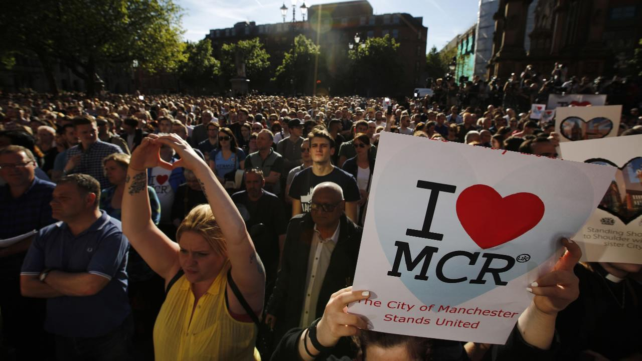 Crowds gather for a vigil in Manchester, England on May 23, 2017, the day after a suicide attack at an Ariana Grande concert left 22 people dead. (AP Photo/Emilio Morenatti)