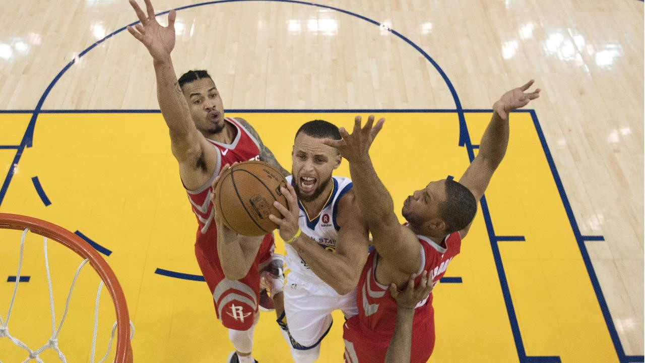 Warriors Stephen Curry shoots next to Rockets Gerald Green during Game 3 of the NBA basketball Western Conference Finals May 20, 2018, in Oakland, Calif. (AP Photo)
