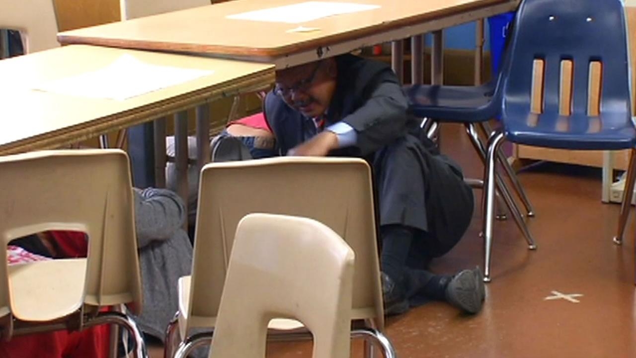 san francisco students drop and take cover as part of the great california shakeout abc7news com