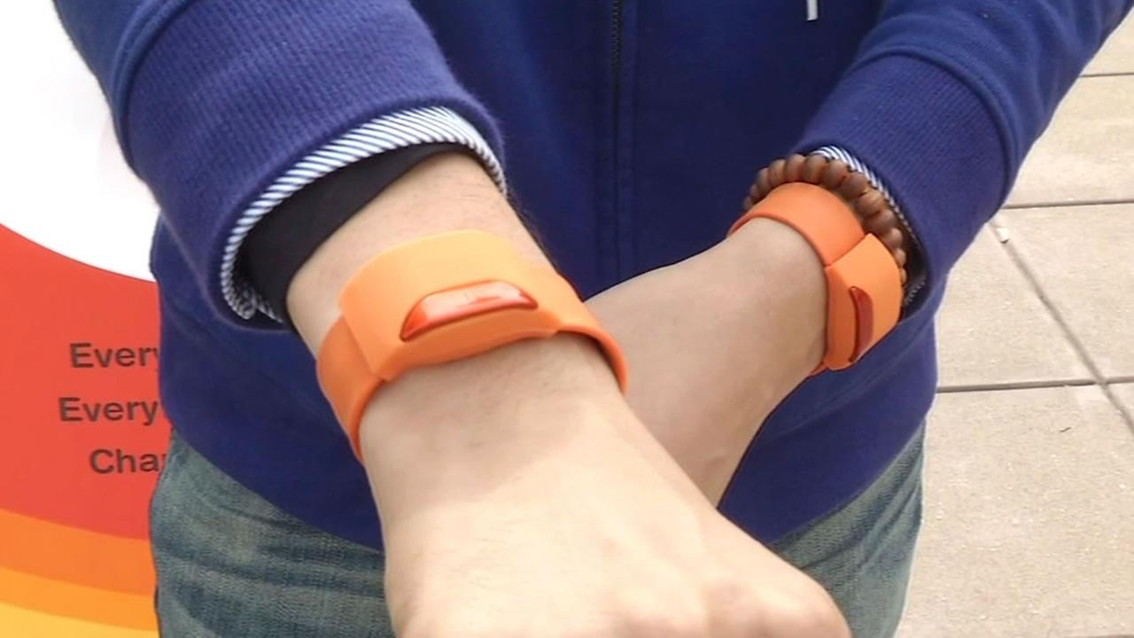 Remember those old slap bracelets that everyone played with when they were kids? Well, watch what happens when one of those is crossed with the inner workings of a smartwatch.