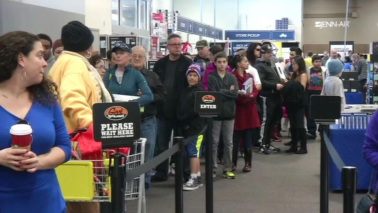 Long lines at Best Buy