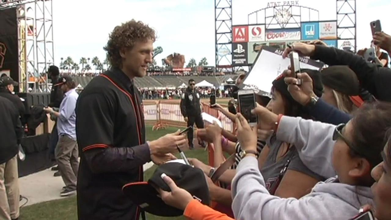 Giants Outfielder Hunter Pence signs autographs at FanFest.