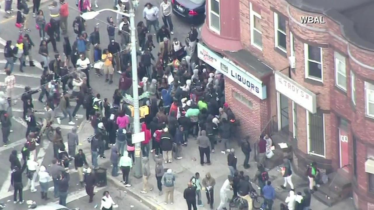 crowd loots Baltimore liquor store