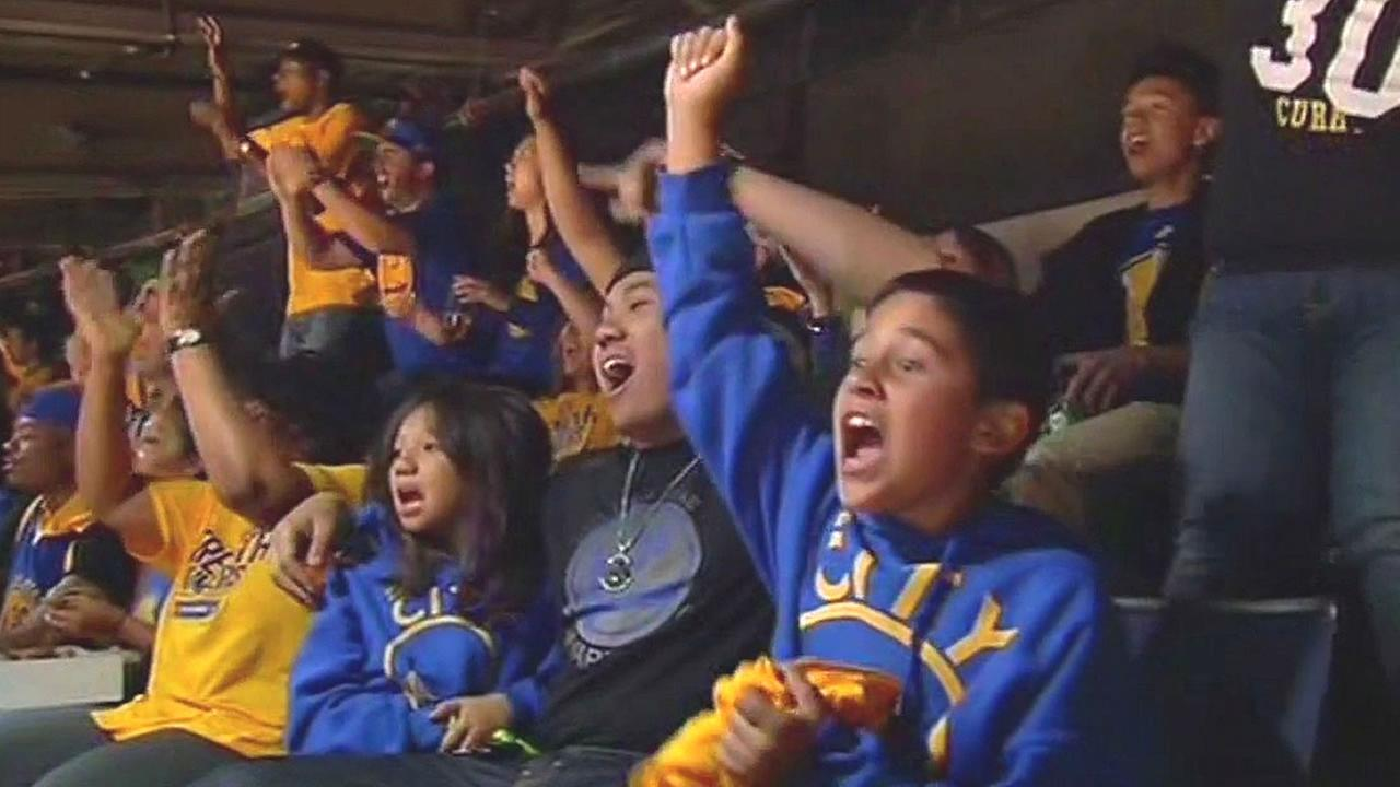kids and families cheer for Warriors