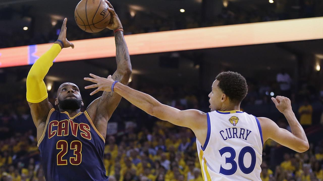 Cavaliers LeBron James shoots against Warriors Stephen Curry during the first half of Game 5 of basketballs NBA Finals in Oakland, Calif.  on June 14, 2015. (AP Photo)