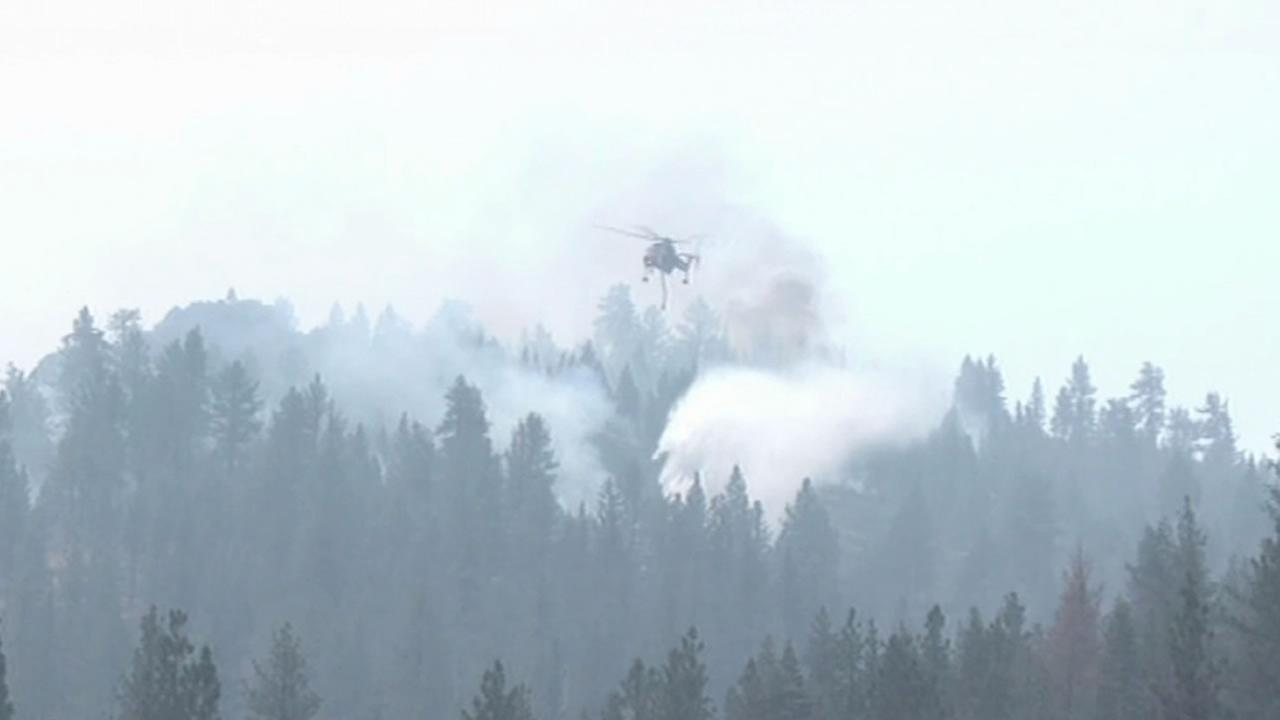 helicopter dumping fire retardant