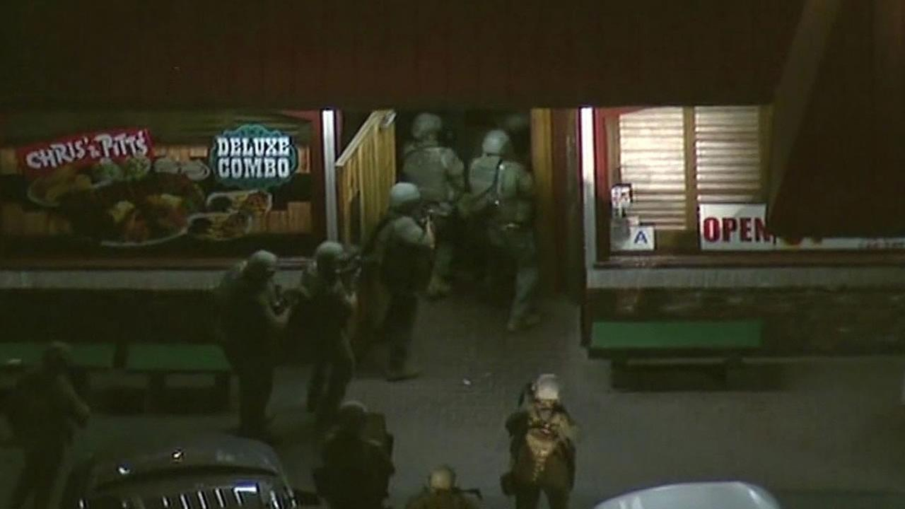 LA SWAT team enters restaurant